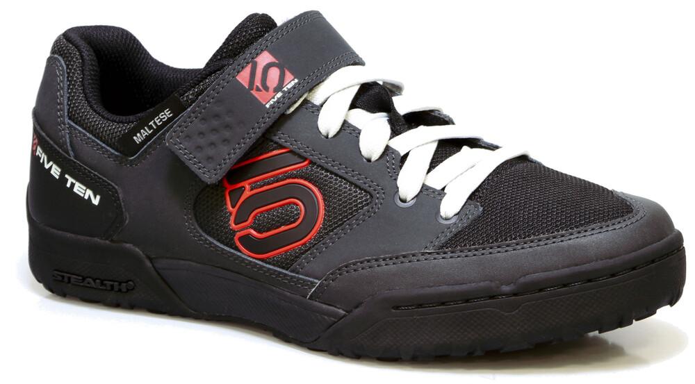 Cinq Chaussures Noires Avec Des Hommes De Fermeture Velcro bXA9Us